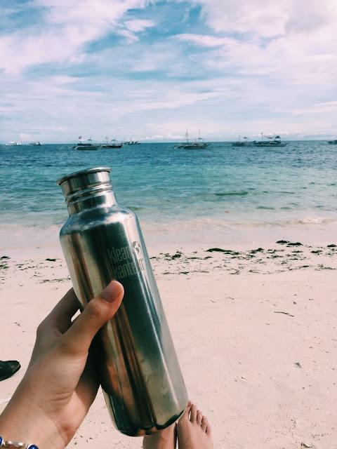 Klean Kanteen drikkeflasken er med på stranda i Panglao. Foto: Eidbjørg Søreide