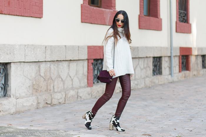 Ideas de outfits looks en Valencia que sean comodos y con estilo blogger influencer con pantalones leggings de cuero granates burdeos y jersey de lana