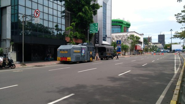 2 Water Cannon-1 Baracuda Siaga di Jl Majapahit Jakpus