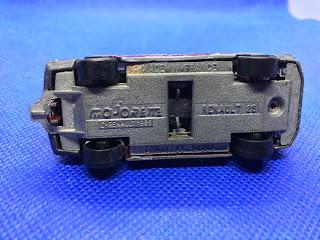 ルノー25のおんぼろミニカーを底面から撮影