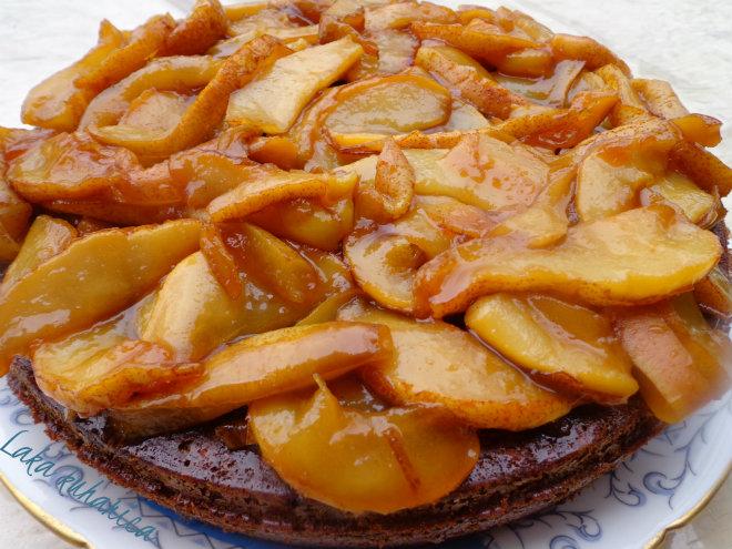 Honey cake with caramelized pears by Laka kuharica: decorate the top with caramelized pears.