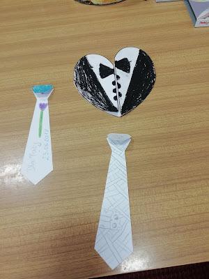 Na fotografii dwie zakładki do książki w kształcie krawatu oraz laurka w kształcie koszuli