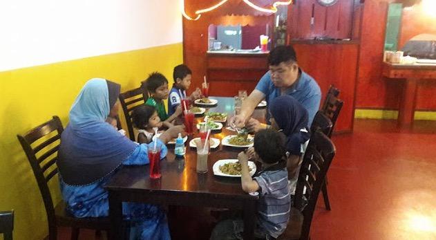 Kuan Chee Heng Membantu Sebuah Keluarga Miskin Berbuka Puasa