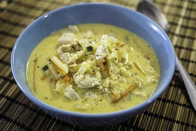 Superhelppo ja ruokaisa juustoinen broileri-kasviskeitto