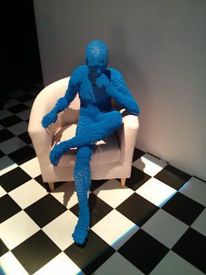 פסל של אדם יושב בתערוכת הלגו