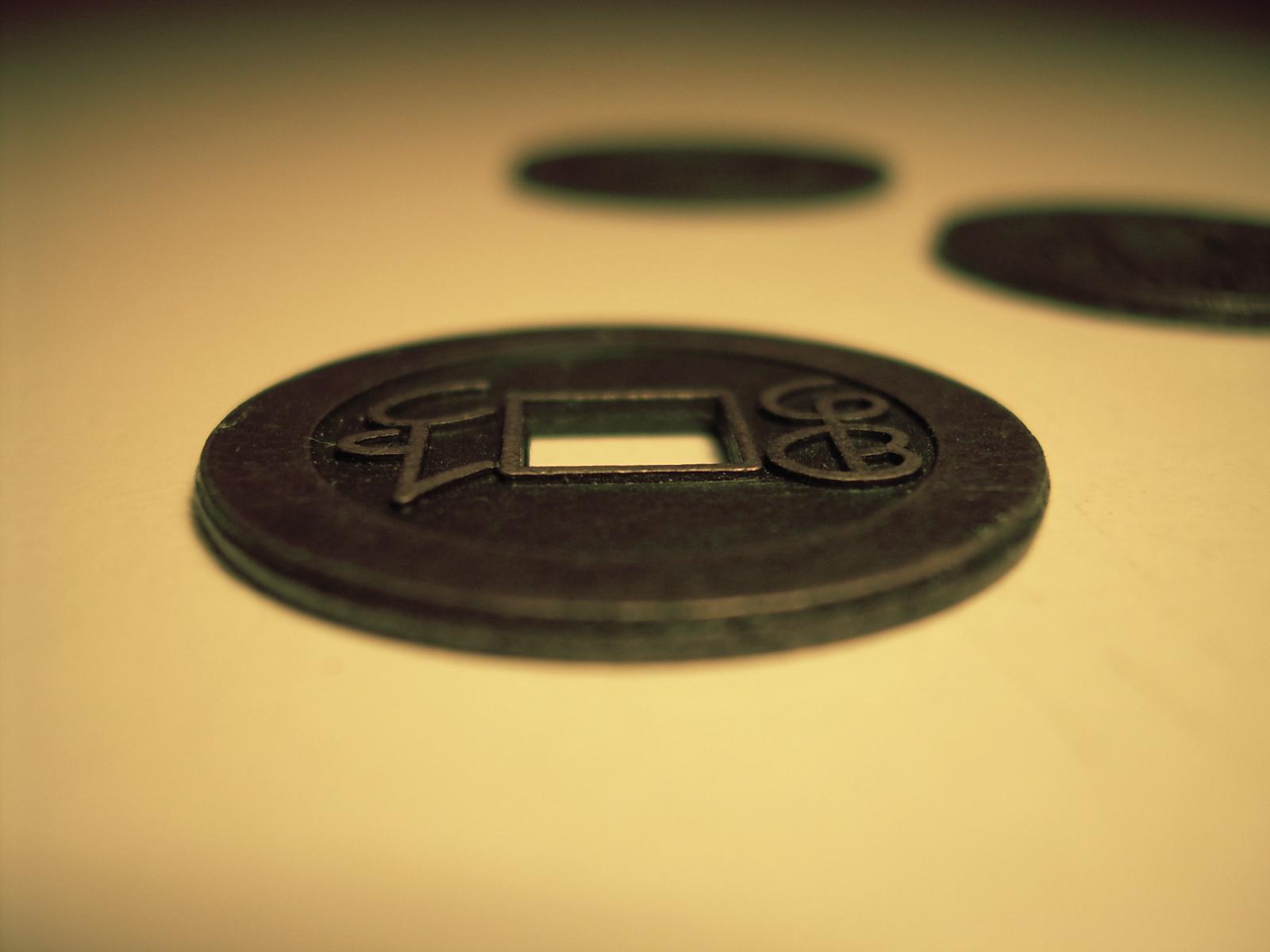 Moedas usadas para consultar o I Ching, o Livro das Mutações