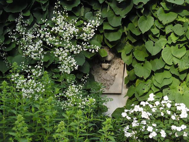 kamienna rzeźba w ogrodzie, kokornak