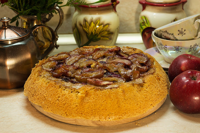 Яблочно-сливовый пирог на бисквитном тесте