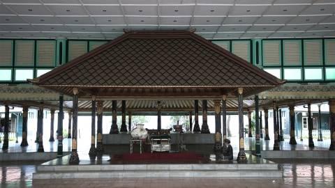Keturunan Sri Sultan Hamengku Buwono II melalui pemerintah Inggris, menuntut agar Inggris mengembalikan rampasan harta. Aset yang dimaksud merupakan harta yang dijarah Inggris pada tahun 1812
