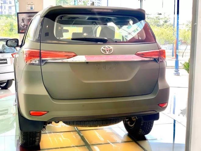 Toyota Fortuner màu sơn lạ xuất hiện tại đại lý Sài Gòn, giá ra biển số hơn 1,1 tỷ đồng
