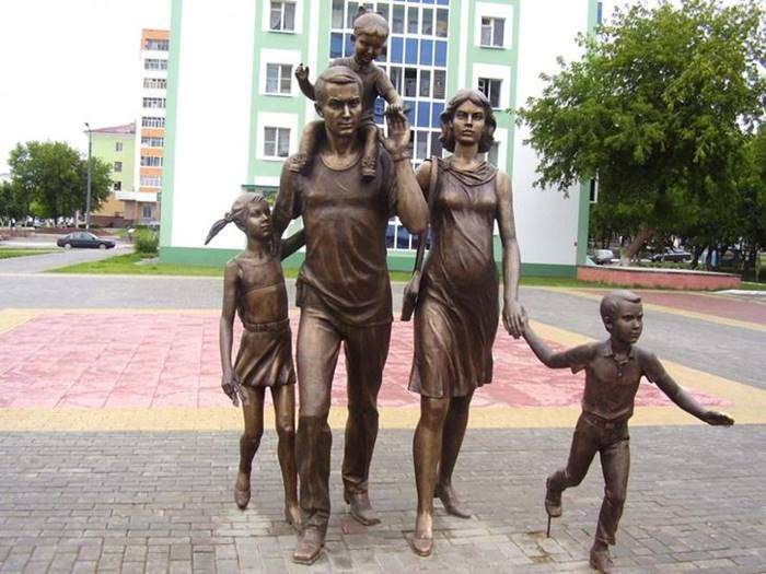 The family monument was erected in 2008 in Saransk at the initiative of the head of Mordovia, becoming a symbol of the unshakable family values that are the foundation of society.