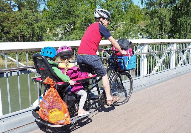 xtracycle, perhepyora,cargo bike, cargo pyora, pitka tarakka, iso pyora, pitkaperainen pyora, kaksi lasta pyoran kyytiin, pyoraily helsingissa, kesapyora, pyoraretki, lapset pyoran kyydissa