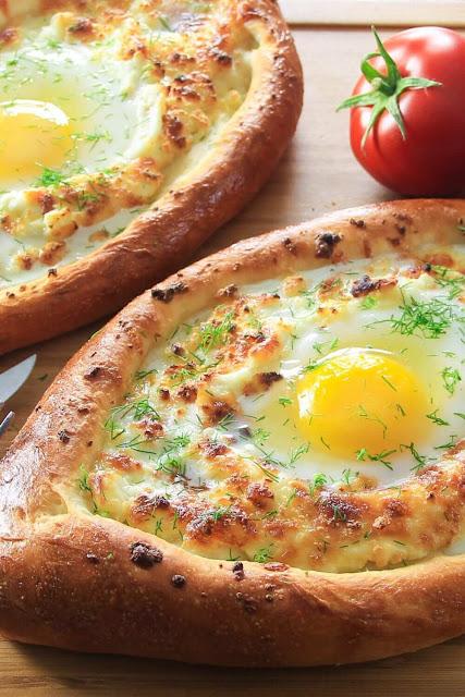 """Và bên trong """"chiếc thuyền"""" bánh mì này là nhân ngập phô mai, một vài loại rau củ bắt mắt và nguyên một quả trứng lòng đỏ."""