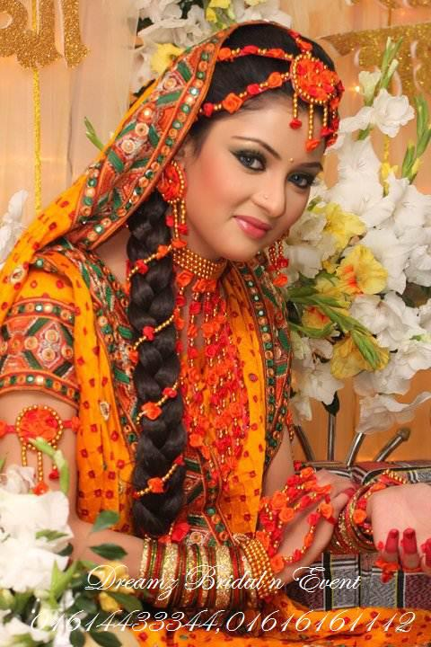 india wedding site wedding planning bridal tips indian wedding hairstyles with flowers. Black Bedroom Furniture Sets. Home Design Ideas