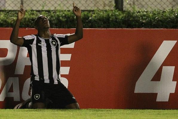 Botafogo derrota Atlético-PR por 2 a 1