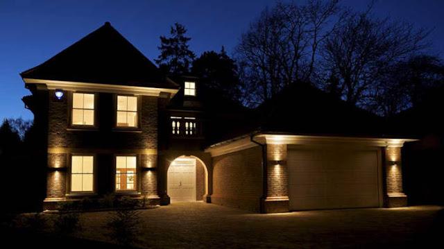 Pasang lampu sensor gerak di sekitar rumah Anda, terutama di pintu masuk.