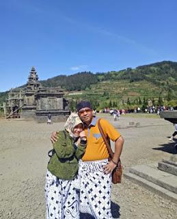 Anies dan Suami di Kompleks Candi Arjuna