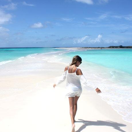TURISMO: CAYO DE AGUA: tiene una pequeña bahía que a veces se junta con la playa de enfrente.