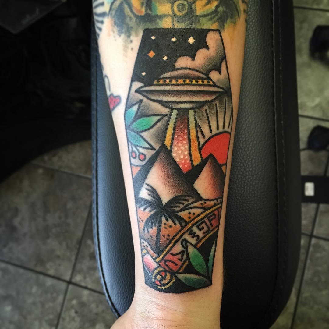 Pirámide de diseño de tatuaje con UFO muy Cool