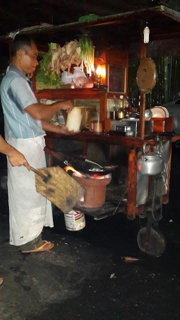 Penjual nasi goreng sedang memasak pesanan;Nasi Goreng Arang Jogja, Kenikmatan Kuliner Khas Nikmat;