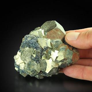 pirita de octaedro em hematita no aglomerado de cristal