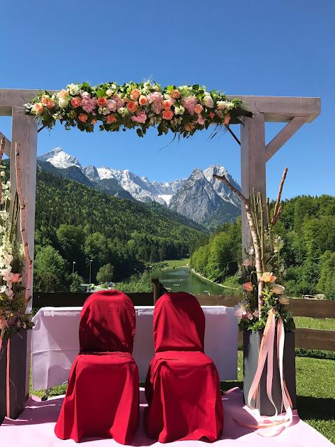 Freie Trauung auf der Bergwiese, Berghochzeit am Riessersee in Garmisch-Partenkirchen, Bayern, Hochzeitshotel, Hochzeitsplanerin Uschi Glas, Apricot, Rosé, Marsalla, Pastelltöne