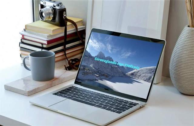 smart working: scrivania con laptop