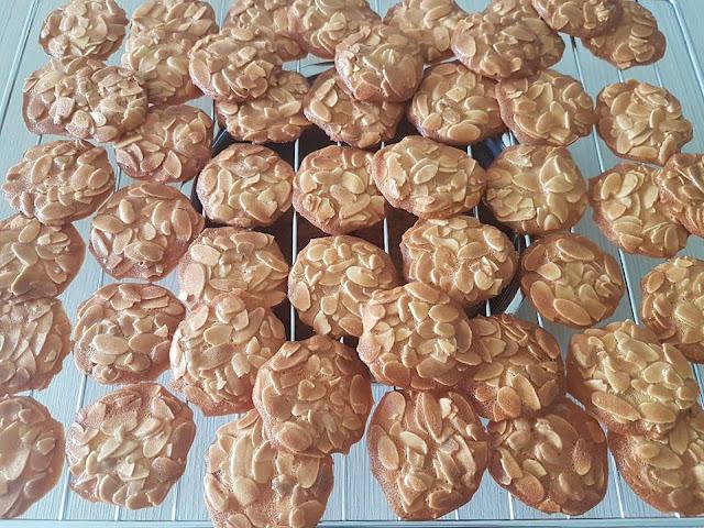 Bước 4: Nướng ở lò 170 độ C, đến khi bánh ngói hạnh nhân vàng và ráo. Bánh chín thì lấy ra để nguội, bảo quản trong lọ có nắp để thưởng thức dần như bánh quy, uống kèm với trà cũng rất ngon nhé!
