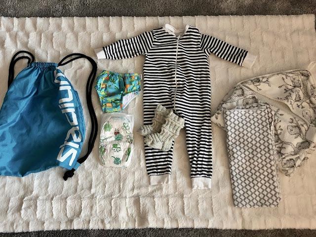 Vauvan tärkeimmät uintivarusteet: vedenpitävä pussukka, uimahousut, vaippa, mukavaa ja lämmintä päälle pantavaa, huppupyyhe, harso