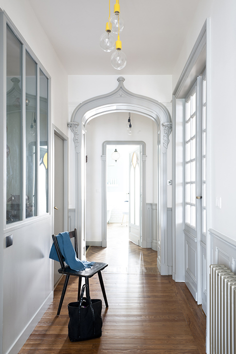 Appartement ancien r nov dans un style contemporain blog d co mydecolab for Couloir appartement