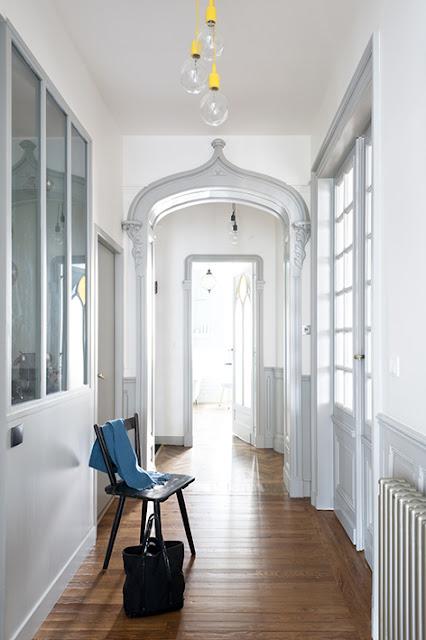Couloir haussmannien avec moulures peintes en gris clair