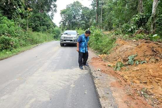 Bupati mendapat laporan dari masyarakat jalan yang dilewati oleh alat berat itu mengalami kerusakan.