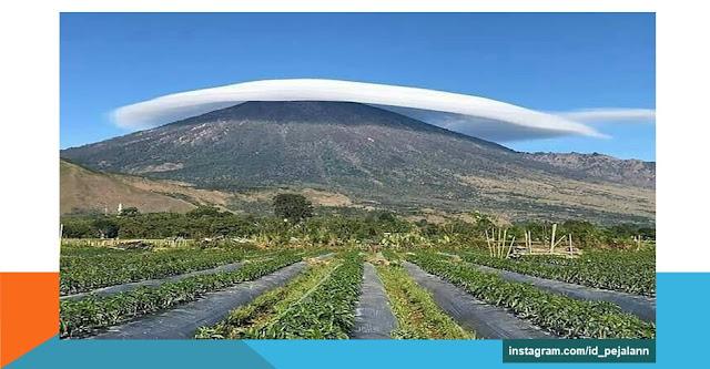 destinasi wisATA Gunung rinjani berpayung awan  lombok timur NTB