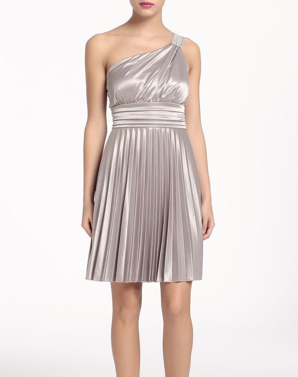 f09548628 Se trata de un vestido color plata con una sola tiranta al hombro