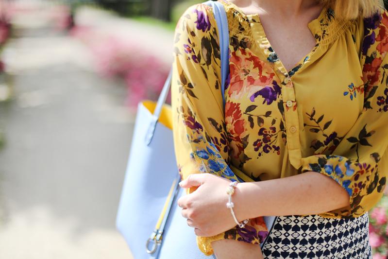 Żółta bluzka w kwiaty z second hand.