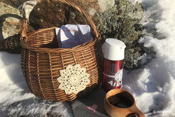 Eväskori talvella, kahvit kuksasta