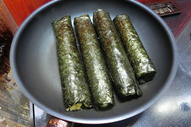 フライパンにごま油を熱し、海苔巻きを巻き終わりを下にして並べ、ふたをして3分蒸し焼きにします。