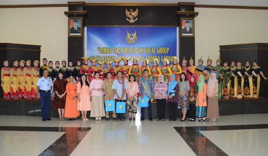 FOTO BERSAMA : Persatuan Istri Angkatan Udara (PIA) Ardhya Garini Cabang 19/D.I Lanud Supadio foto bersama dengan semua elemen dalam pagelaran itu Selasa (10/10).  Foto Kapentak TNI Supadio