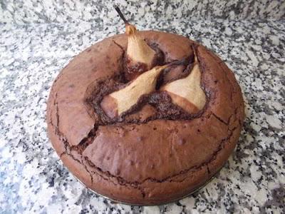 Bizcocho de chocolate con peras aromatizado con vainilla y cardamomo