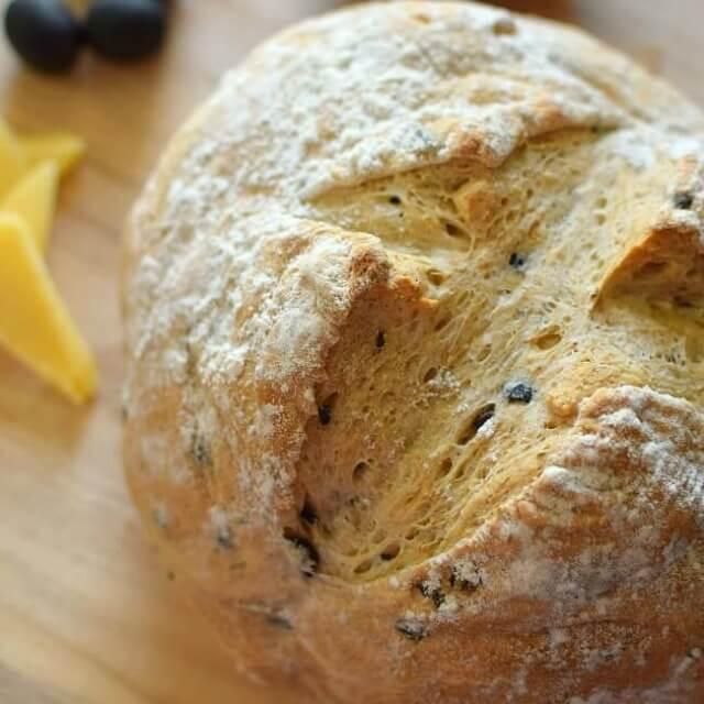Pan rústico de aceitunas y romero. Panes y bollos