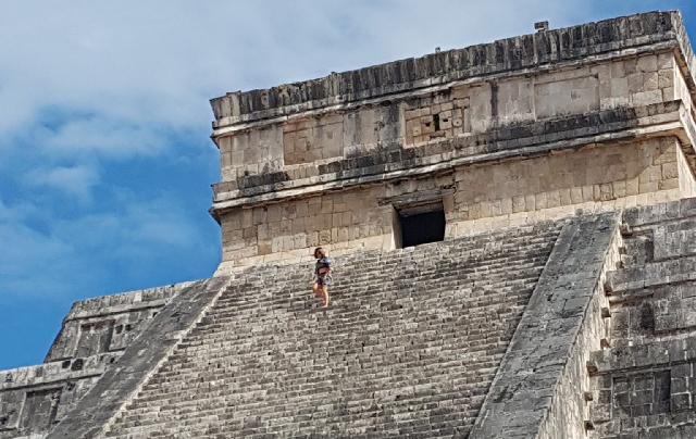 Extranjera que subió a El Castillo de Chichen Itzá no esparció cenizas: INAH
