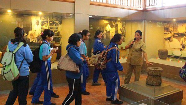 Para pelajar mengunjungi museum subak, bali