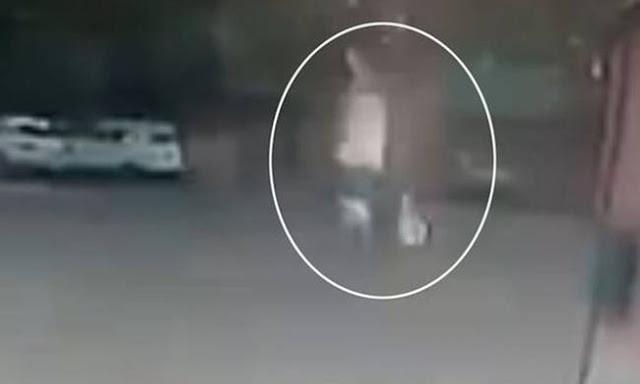 Βίντεο που κόβει την ανάσα: Κεραυνός χτυπά γυναίκα που περπατάει με ομπρέλα στη βροχή