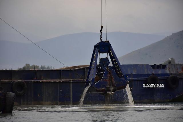 Ναύπλιο: Με ταχείς ρυθμούς προχωρούν τα έργα εκβάθυνσης στο λιμάνι