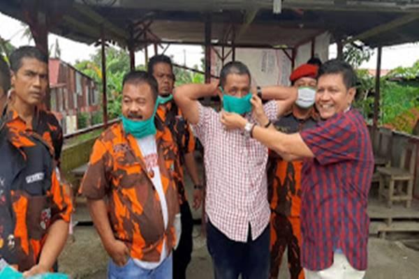 Irwan Basir Bergandeng Tangan dengan Pemuda Pancasila Kuranji Berbagi Masker