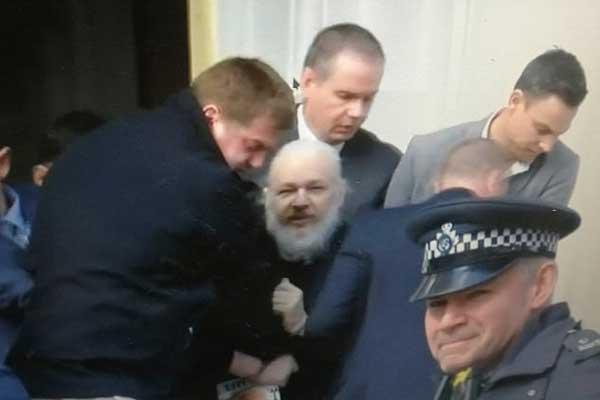 بعدما سحبت الإكوادور حمايتها له في مقر سفارتها اعتقال مؤسس ويكيليكس في لندن