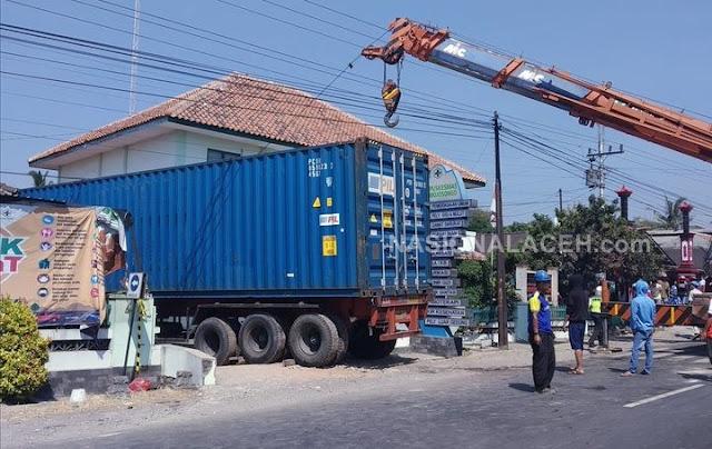 Truk Kontainer Tabrak Puskesmas di Bayolali, Satu Orang Tewas