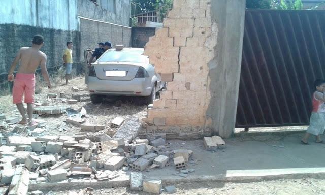 Menor foi dar cavalinho de pau e acabou arrebentando carro em muro