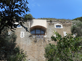 """Le """"trou de l'obus"""" sur la façade du Fort de l'Eminence"""