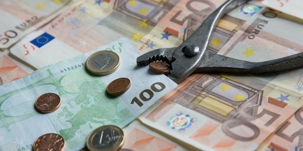 Απολύσεις υπαλλήλων και λουκέτα σε καταστήματα τραπεζών